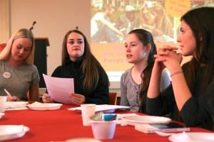 Schülerinnen diskutieren auf dem Jurytag in Brunssum über die Bücher